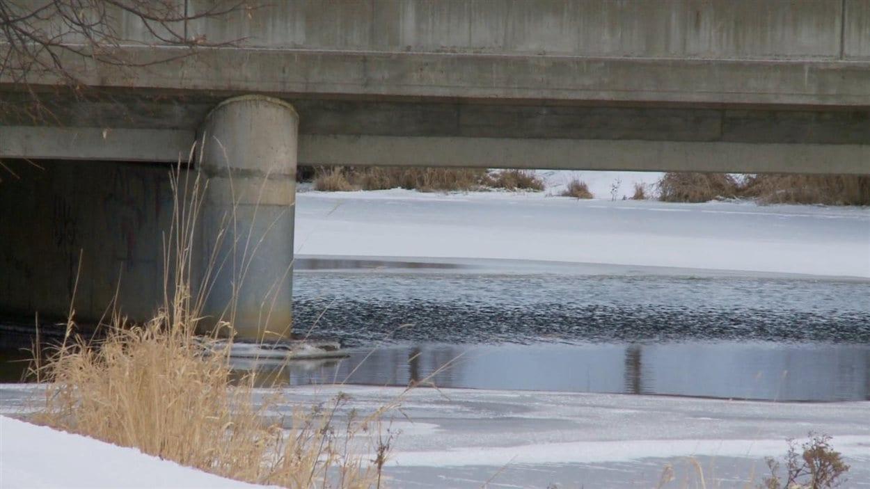 Le corps de 3 jeunes autochtones a été repêché dans la rivière McIntyre à Thunder Bay. Leur mort ainsi que celle de 4 autres jeunes venus étudier dans la ville a fait l'objet d'une longue enquête du coroner.