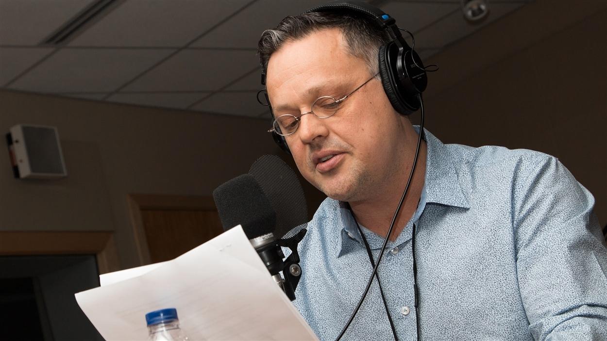 L'auteur Éric Dupont s'empare des ondes de Radio-Canada.