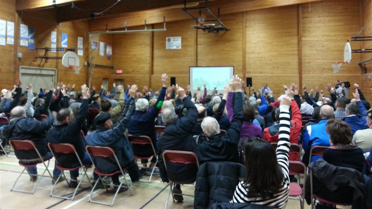 Des citoyens de la couronne nord de Québec rassemblés à l'école Montagnac.