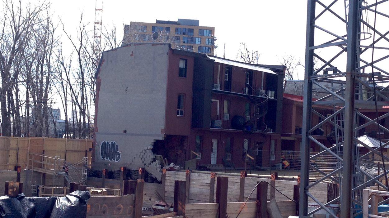 L'immeuble menace de s'effondrer en raison de sa structure instable.
