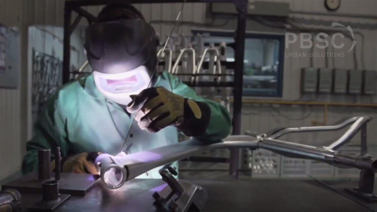 Production des vélos type Bixi dans l'usine Devinci à Saguenay.