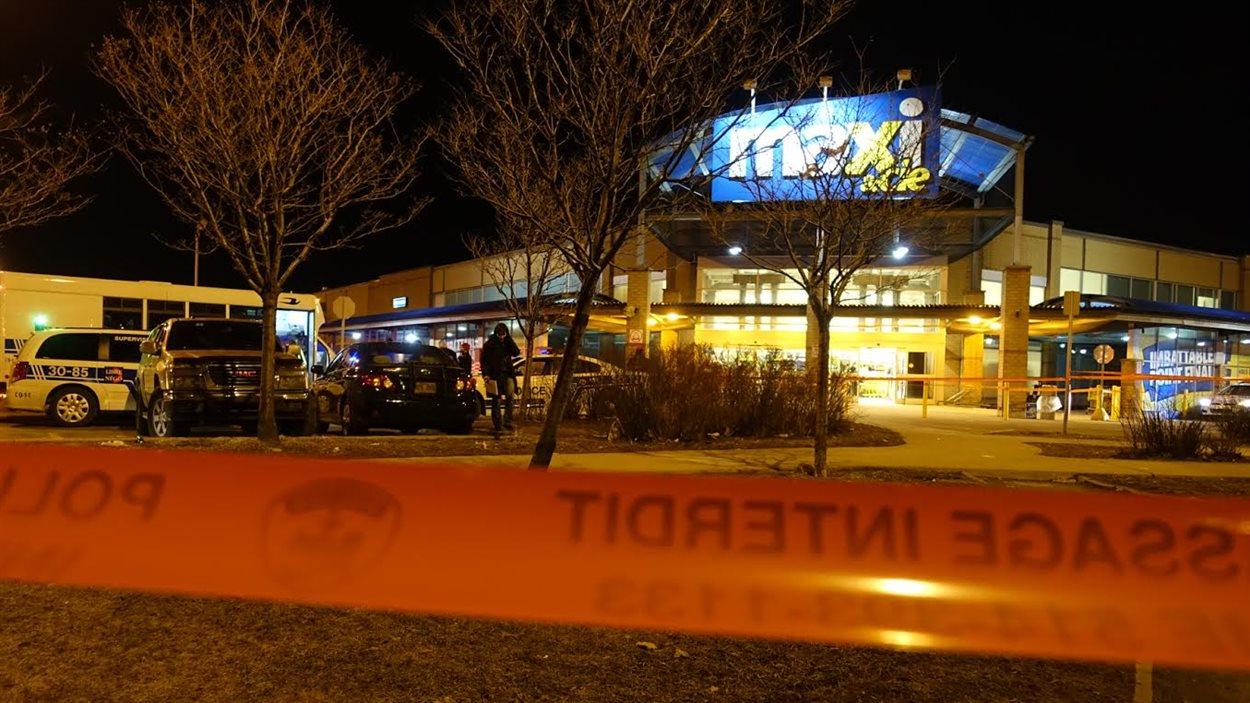 Une jeune employée du supermarché Maxi et Compagnie a été poignardée à mort sur les lieux de son travail, dimanche soir.