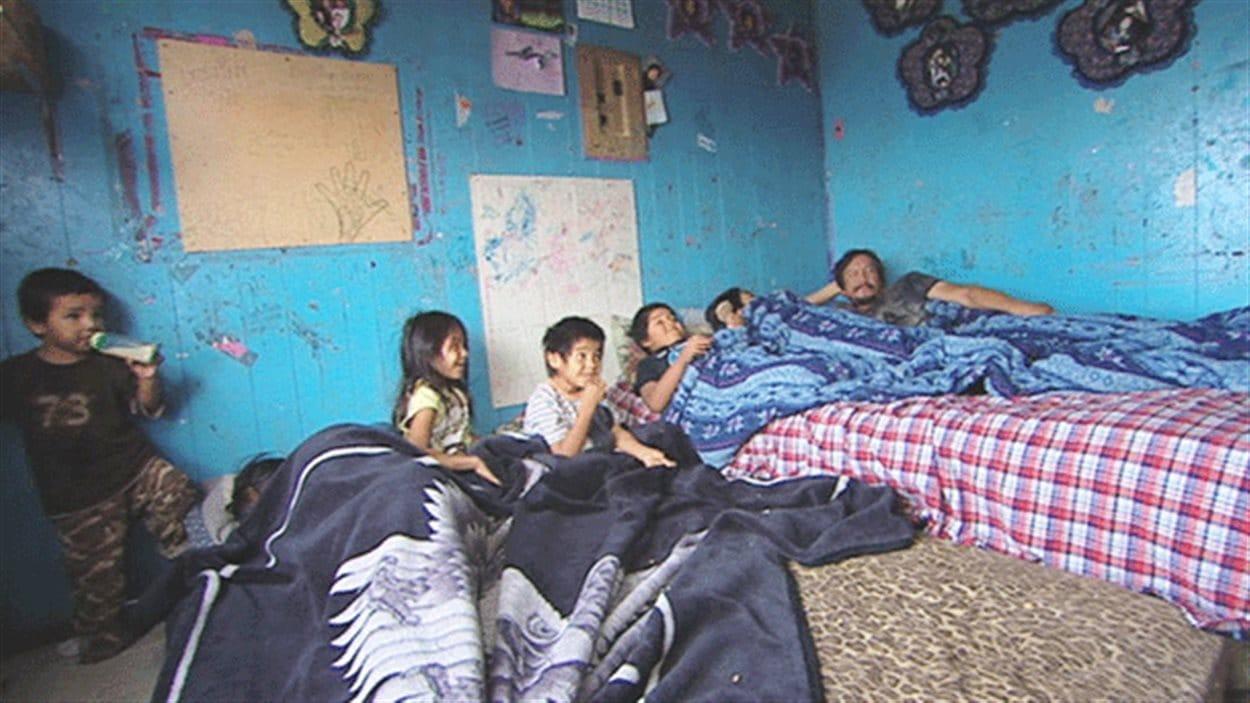 Une famille de Pikangikum entassée dans une maison unifamiliale.