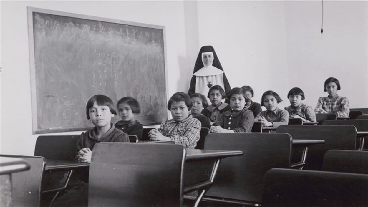 Une salle de classe à l'école Cross Lake Indian Residential School à Cross Lake au Manitoba. Plus de 150 000 enfants autochtones ont été placés dans plus de 130 écoles résidentielles au Canada entre 1870 et 1996.