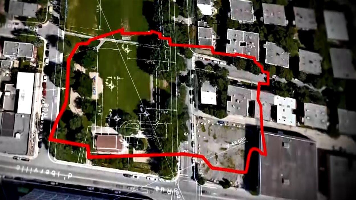 Le tracé de l'ancien dépotoir en rouge.