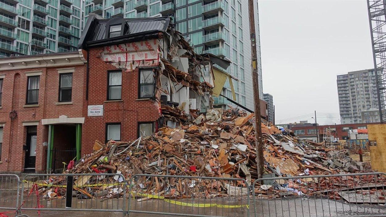 La construction de condos a provoqué un affaissement de terrain, dans le quartier Griffintown, qui a entraîné l'effondrement d'un mur d'une coopérative d'habitation.