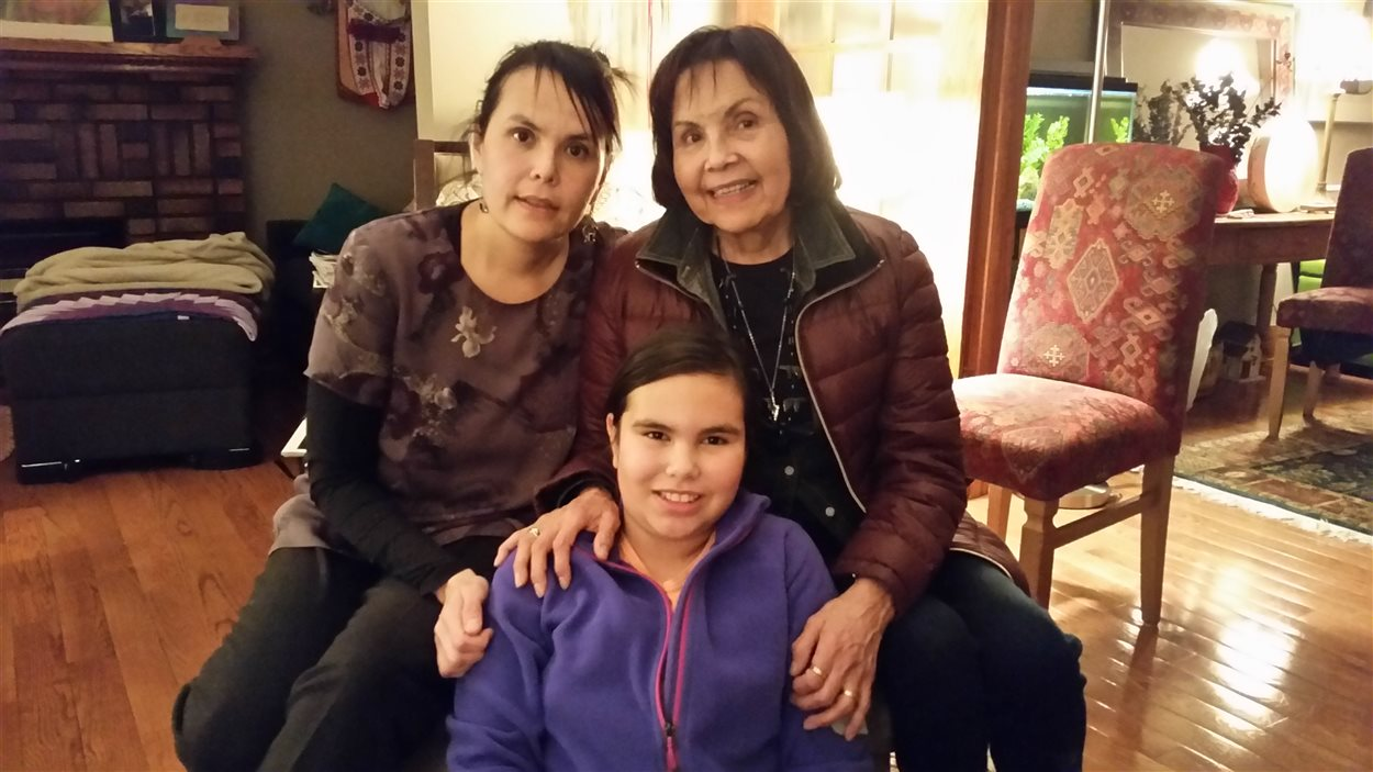 Lorena Fontaine (à gauche) de l'Université de Winnipeg, prise en photo avec sa mère Doris Young et sa fille Sarah.