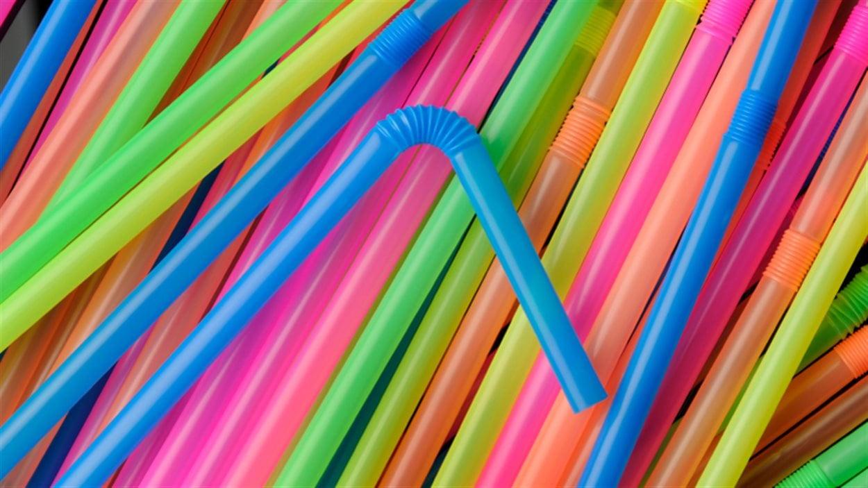 Des pailles multicolores.