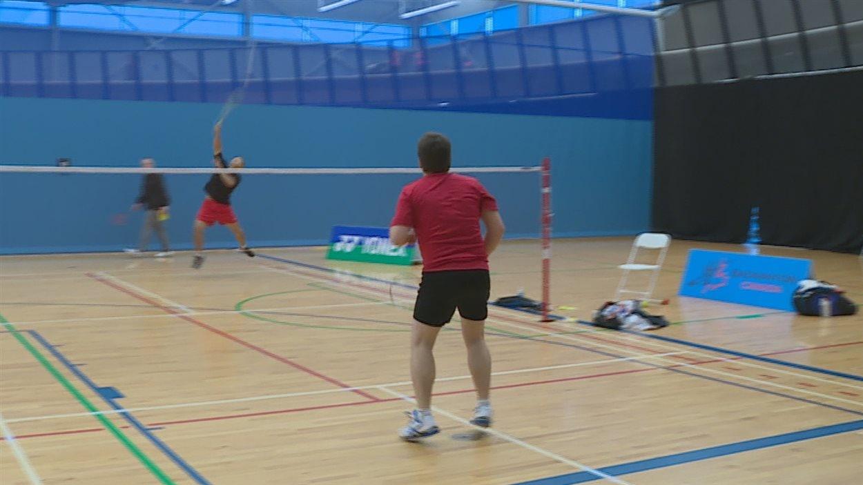 Deux personnes jouent au badminton