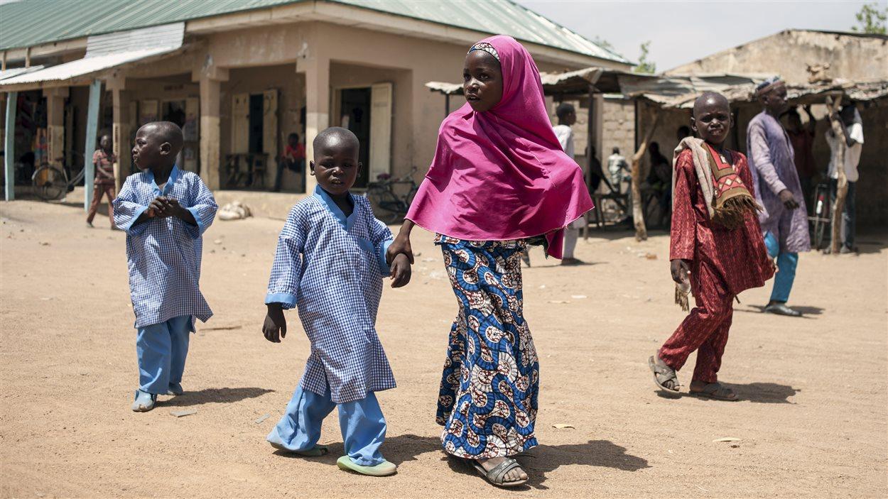 Des enfants marchent dans une rue de Chibok, dans le nord-est du Nigeria, le 25 mars 2016.