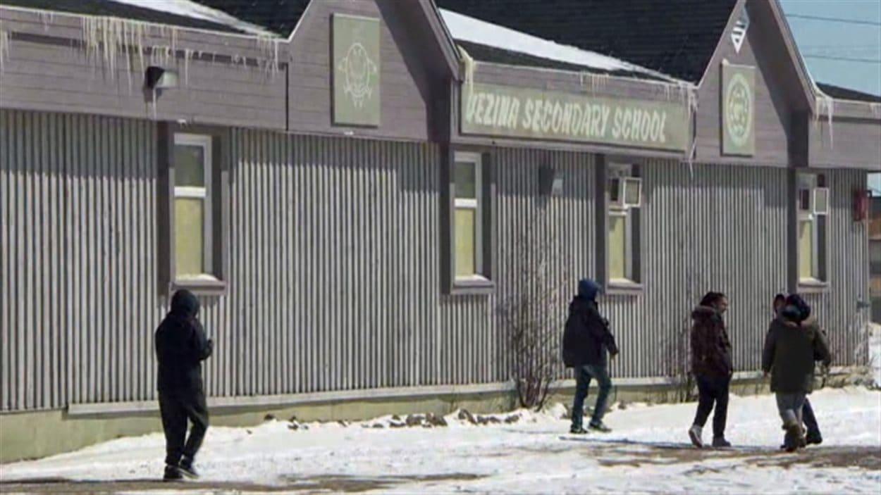 Des jeunes marchent à proximité de l'école secondaire à Attawapiskat.