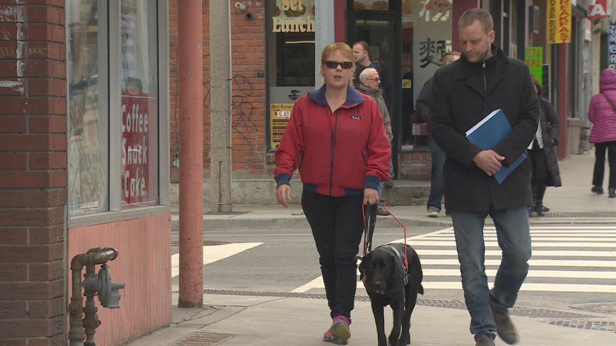 Renée Savoie, son chien-guide et le reporter Stéphane Blais