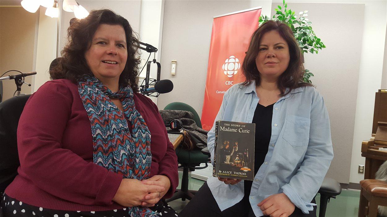 Aimee Ellis (à gauche) et Sarah Gallagher des Bibliothèques publiques du Yukon avec le livre rendu 50 ans plus tard.