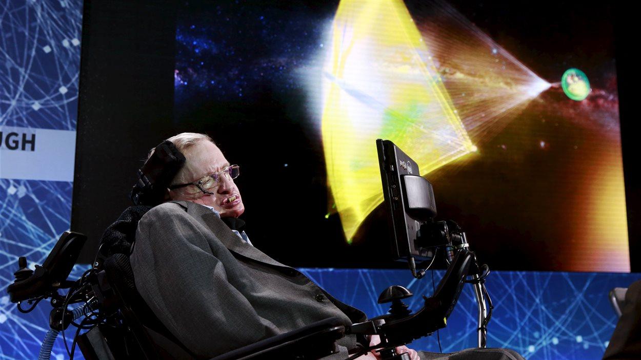 L'astrophysicien Stephen Hawking lors du lancement du projet à New York