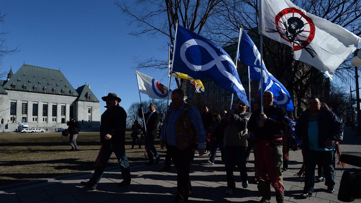 Des Métis devant l'édifice de la Cour suprême, à Ottawa, le 14 avril