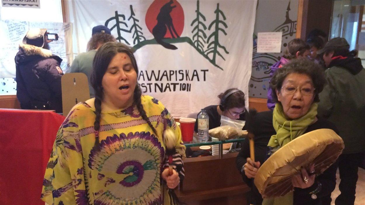 Des militants pour les droits autochtones manifestent leur solidarité avec les résidents d'Attawapiskat au bureau du ministère des Affaires autochtones et du Nord Canada, à Toronto, le 13 avril 2016.