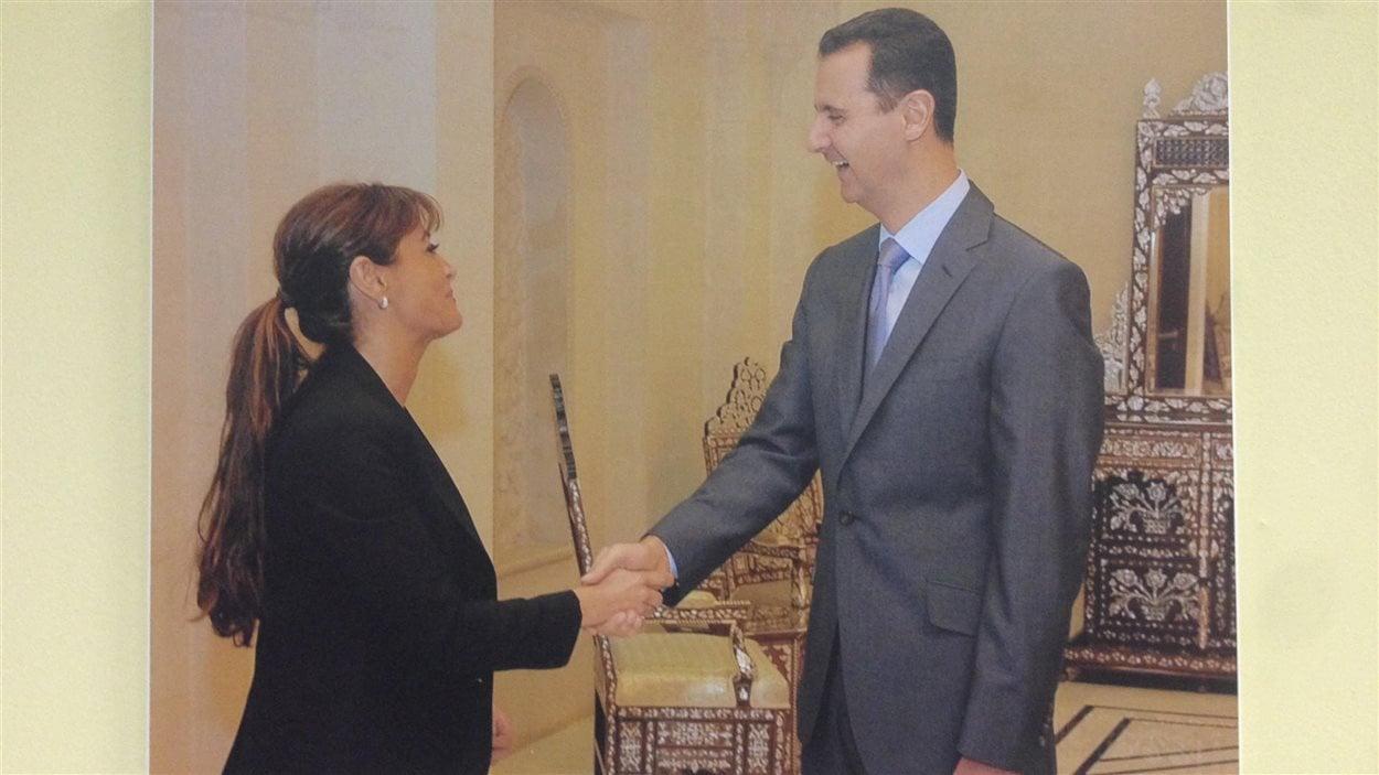 Nelly Kanou est devenue consule honoraire de Syrie en 2008. Cette photo accompagnée de Bachar Al-Assad est affiché sur le mur du consulat.