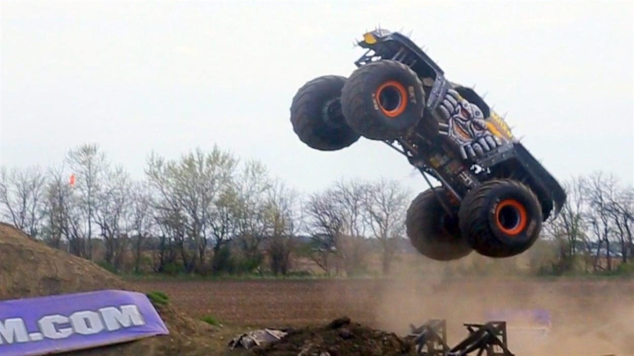 L'événement Monster Spectacular se consacre aux prouesses effectuées au volant d'énormes camions modifiés. Ici, une photo prise lors d'un événement Monster Jam, dont le Monster Spectacular s'inspire.