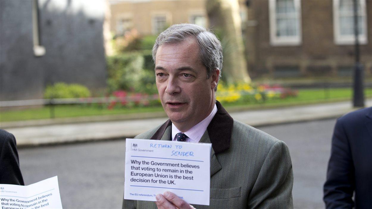 Le chef du Parti pour l'indépendance du Royaume-Uni, Nigel Farage, dénonce les dépliants distribués par le gouvernement en faveur du maintien du pays au sein de l'UE.