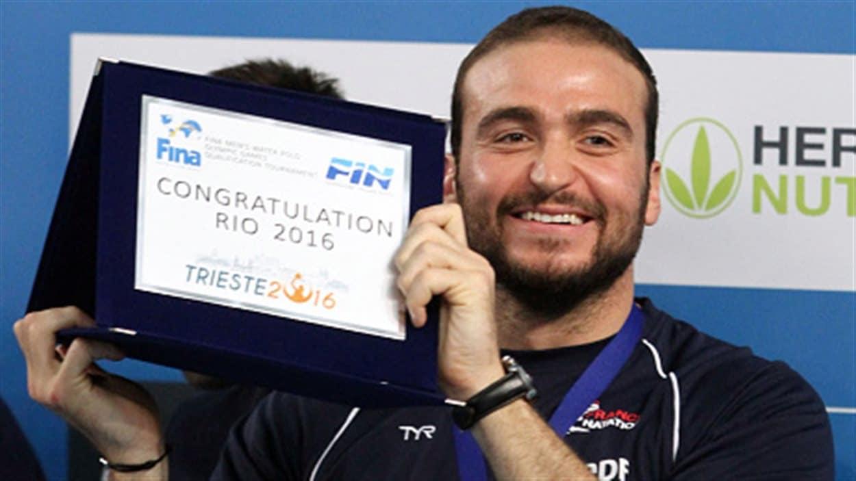 Le Français Alexandre Camarasa exhibe le certificat de qualification olympique obtenu à Trieste