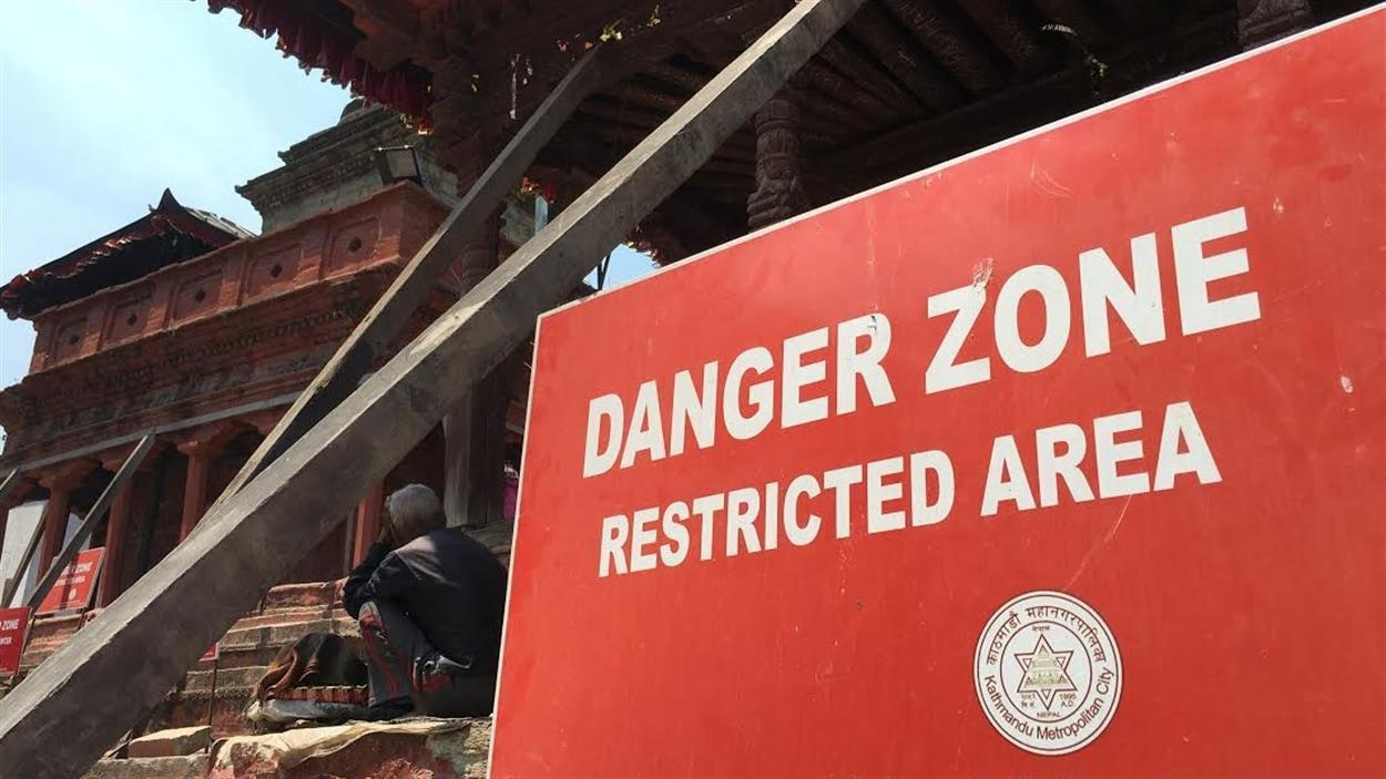 Les restrictions et clôtures sont nombreuses à la Place Durbar à Katmandou. Certains immeubles patrimoniaux sont toujours instables, mais les autorités ont décidé d'ouvrir certains sites pour des raisons économiques.