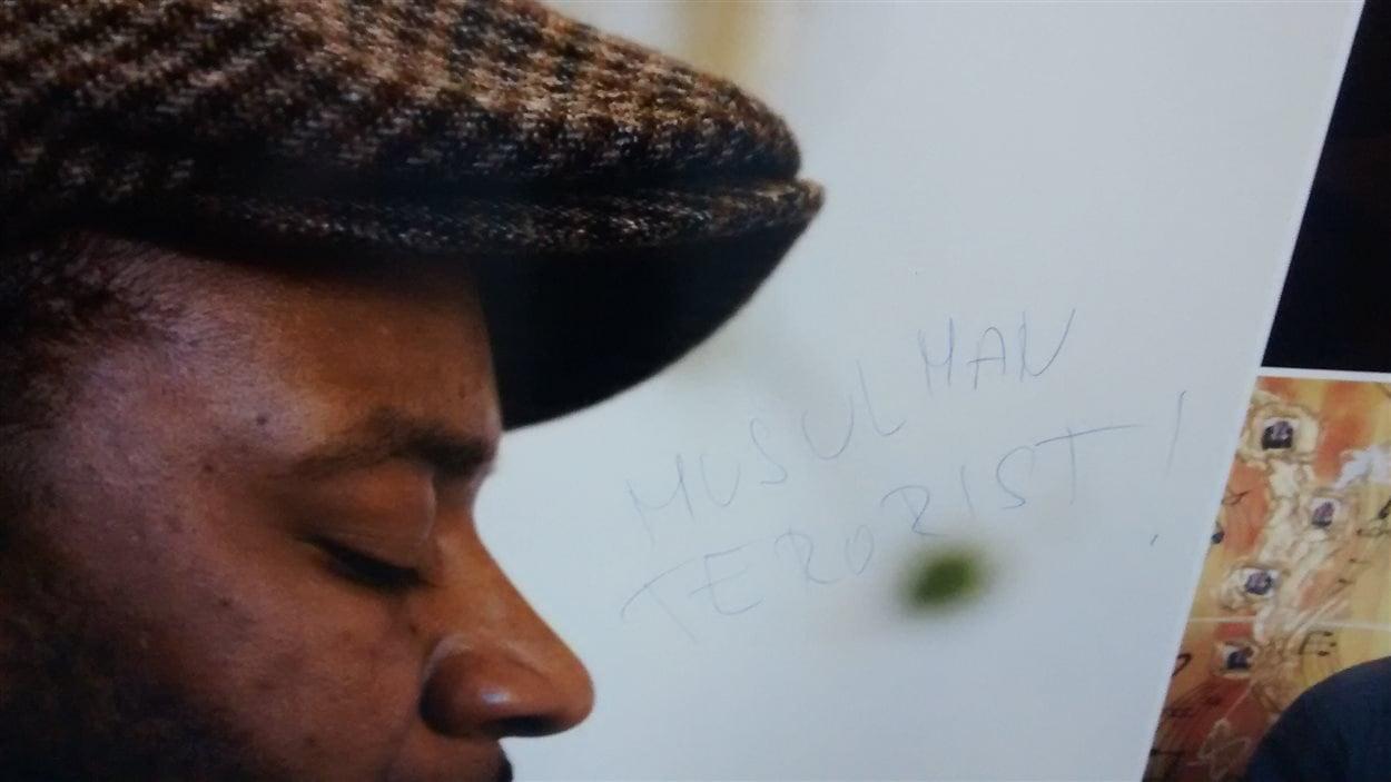 Une exposition à la bibliothèque Éva-Sénécal a fait l'objet de vandalisme