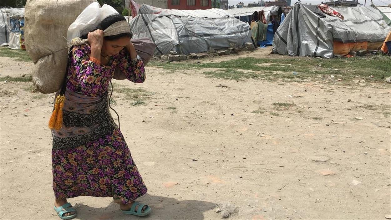 L'eau potable et la nourriture manquent toujours un an après le tremblement de terre. Certaines personnes doivent marcher pendant des heures pour trouver de quoi manger.