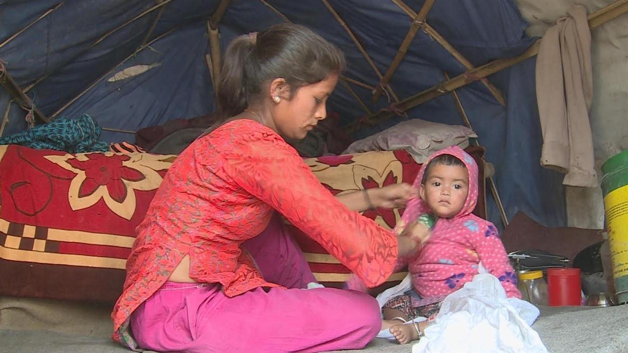 La fille de Bhajwati Darji est née le jour du tremblement de terre. Depuis, elles vivent dans cette tente au coeur du centre-ville de Katmandou.