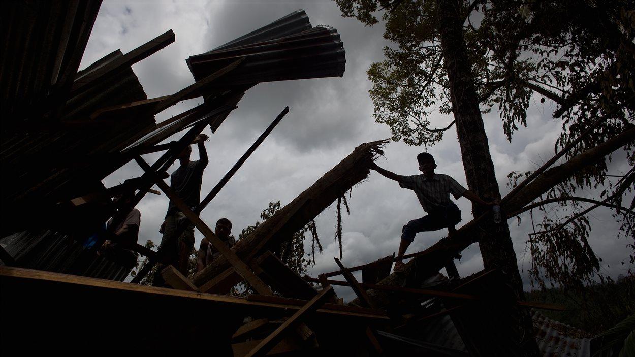 Des enfants jouent dans les décombres, à Jumanak, près de Pariaman.