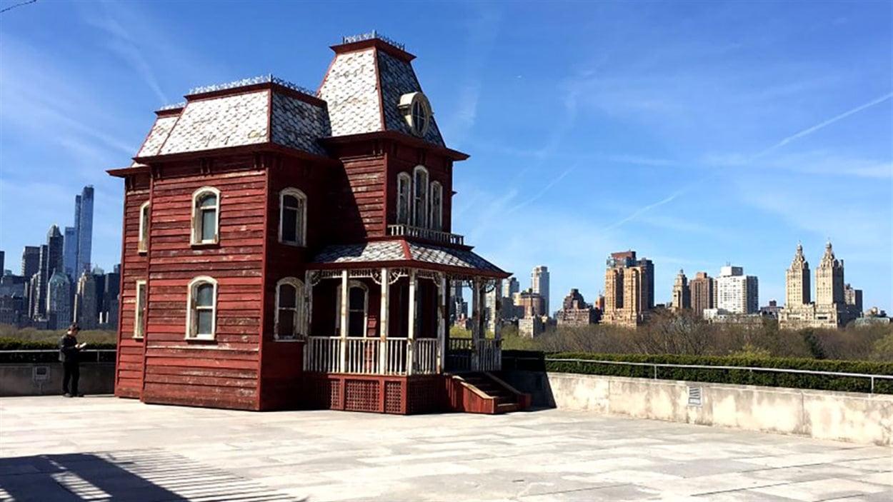 une r plique de la maison de psycho appara t sur le toit du met new york ici radio. Black Bedroom Furniture Sets. Home Design Ideas