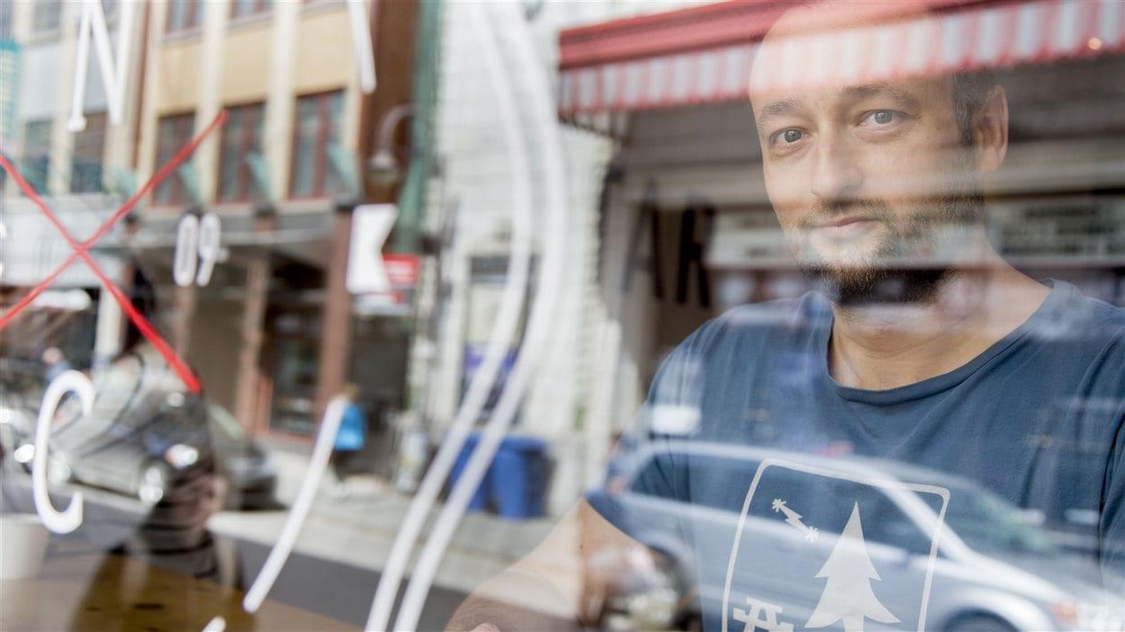 Constantin Ioan dans son commerce de la rue Saint-Joseph