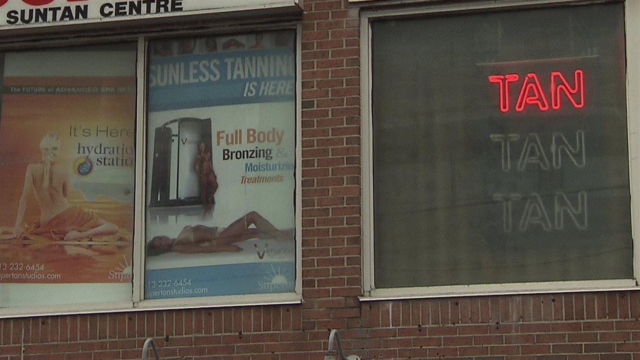 Des courriels de 2007 à 2010 révèlent aussi que des adjointes s'occupaient du salon de bronzage.