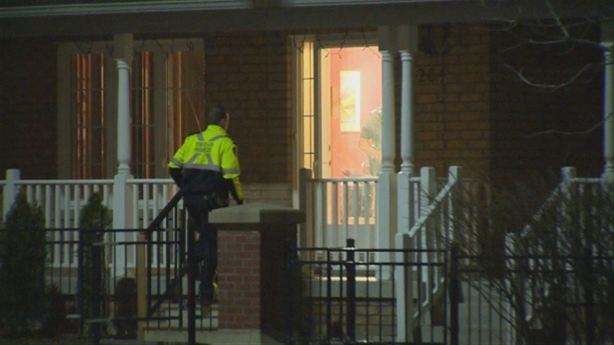 La police dit que le père est entré par effraction dans la maison de son ex-femme.