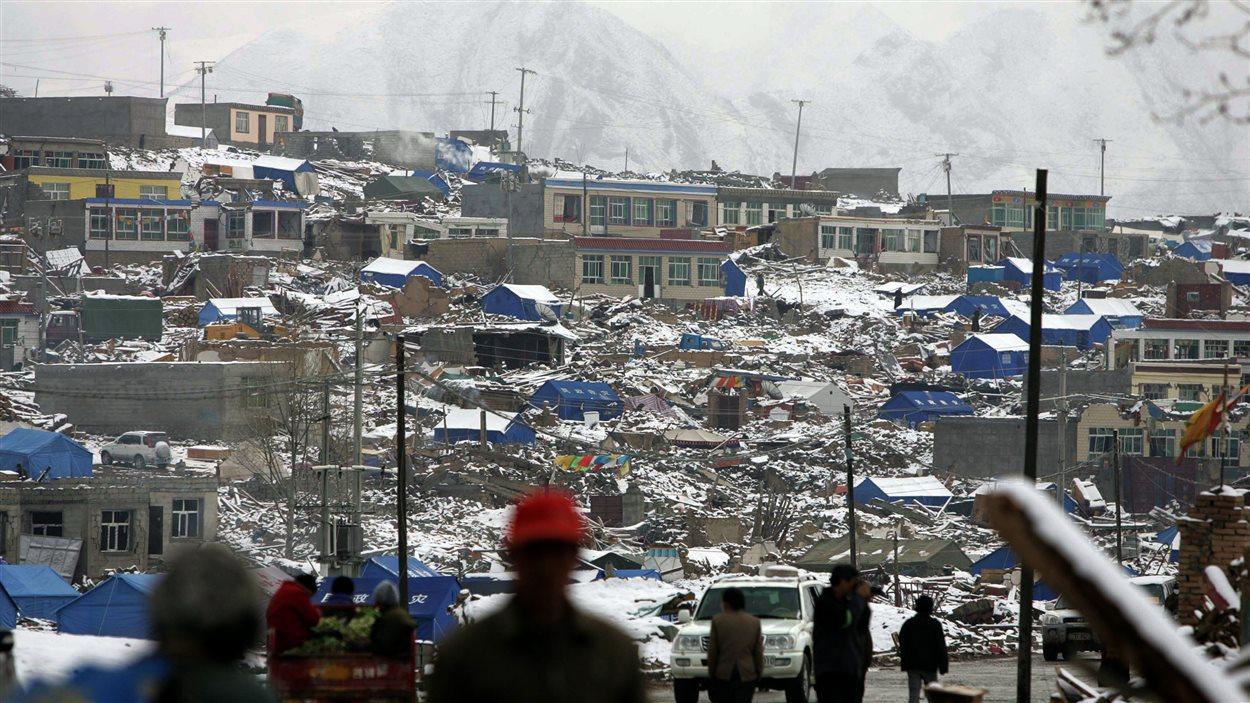 La ville de Jiegu, rasée par le tremblement de terre qui a secoué la région de Qinghai, une semaine plus tôt