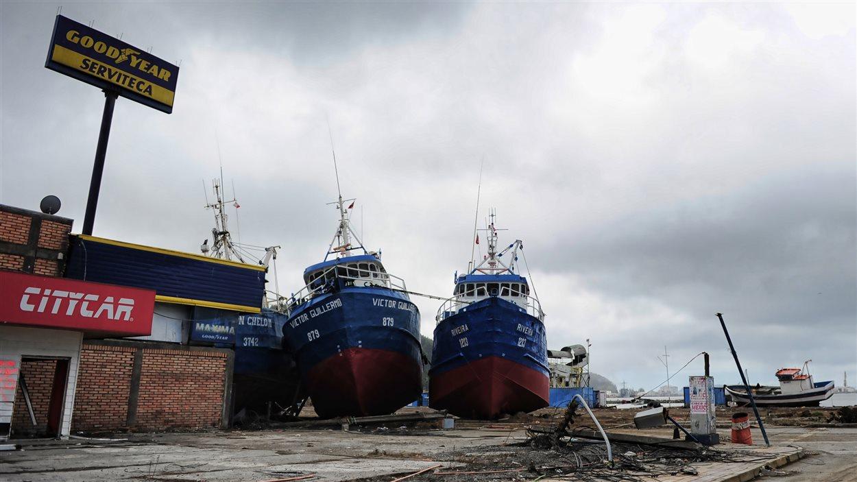Des bateaux de pêcheurs ont échoué sur la terre ferme à la suite du tsunami qui a ravagé la ville côtière de Talcahuano en mars 2010.