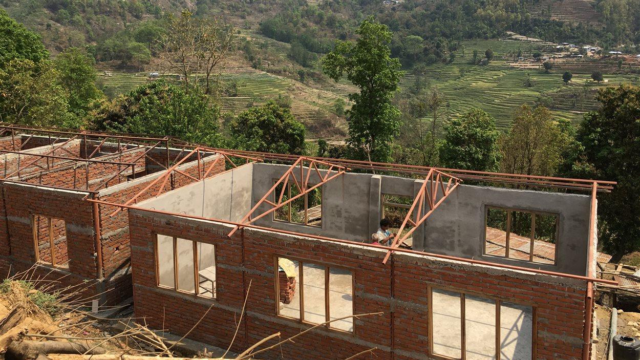 La décision du gouvernement de repousser l'étape de la reconstruction coûte temps et argent aux ONG dans le pays. Les autorités menacent même de détruire tous les édifices qui auront été érigés sans l'approbation de Katmandou.