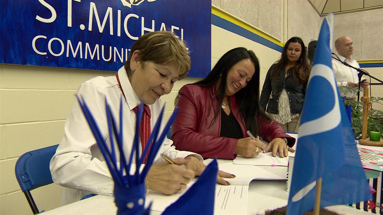 Signature de l'Alliance de l'éducation Métis à Saskatoon.