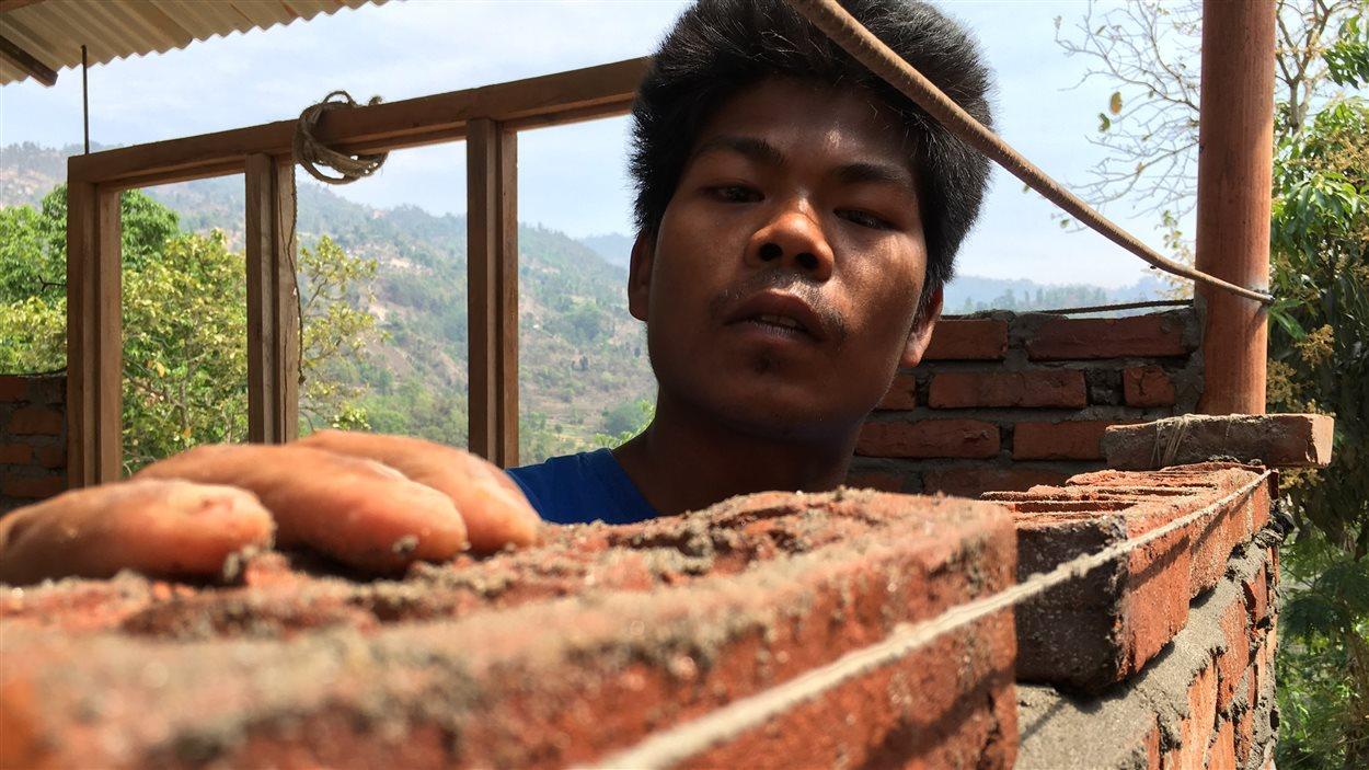 À défaut de pouvoir construire des écoles au Népal, l'ONG Plan Internationale a entrepris de former des maçons dans la chaîne de montagne de l'Himalaya. Une première dans la région de Sindhupalchowk. Le gouvernement Népalais a imposé un moratoire sur les nouveaux bâtiments en février dans le but de permettre à Katmandou d'adopter un nouveau code du bâtiment. Les nouvelles règles se font toujours attendre.