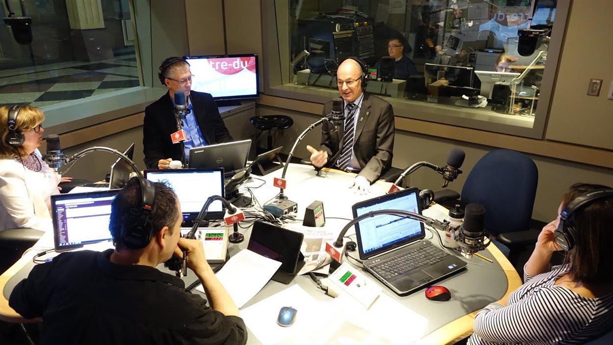 Le maire de Trois-Rivières Yves Lévesque en studio avec l'équipe de l'émission Chez nous le matin