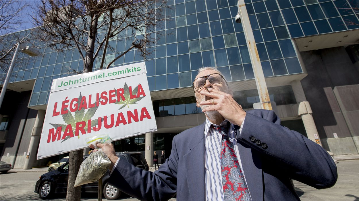 Raymond Turmel fume un joint devant le palais de justice de Québec