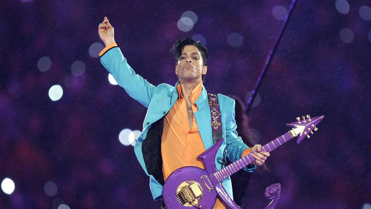 Le chanteur Prince lors du spectacle du Super Bowl en 2007