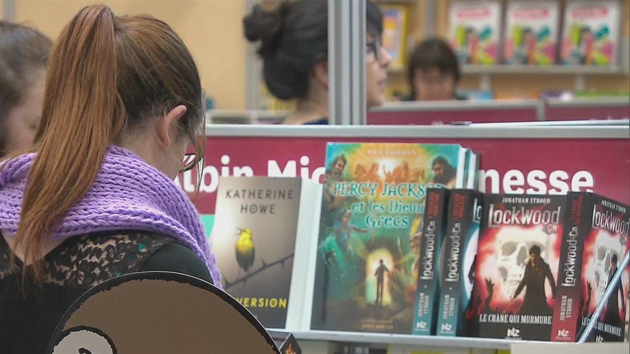 Une femme consulte des livres