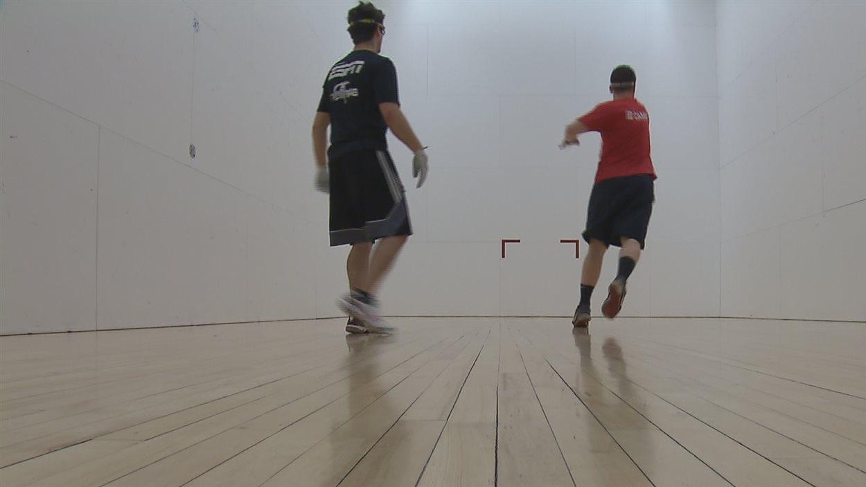 Deux joueurs de balle au mur.