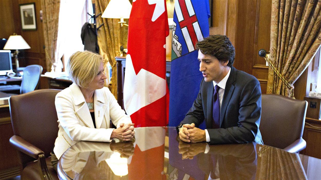 La première ministre de l'Alberta Rachel Notley (à gauche) et le premier ministre du Canada Justin Trudeau (à droite)