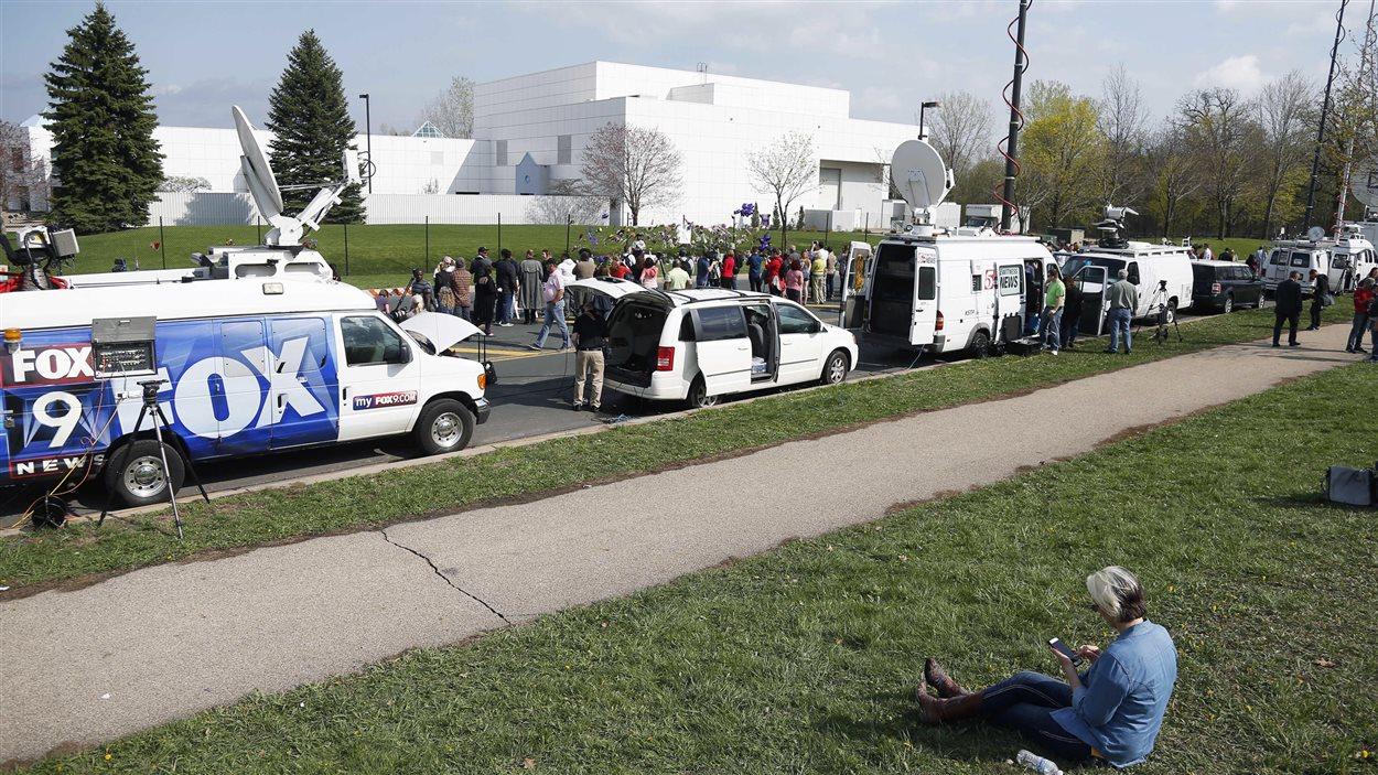 Des représentants des médias ainsi que de nombreux admirateurs ont convergé jeudi vers la résidence de Prince, à Paisley Park, au Minnesota