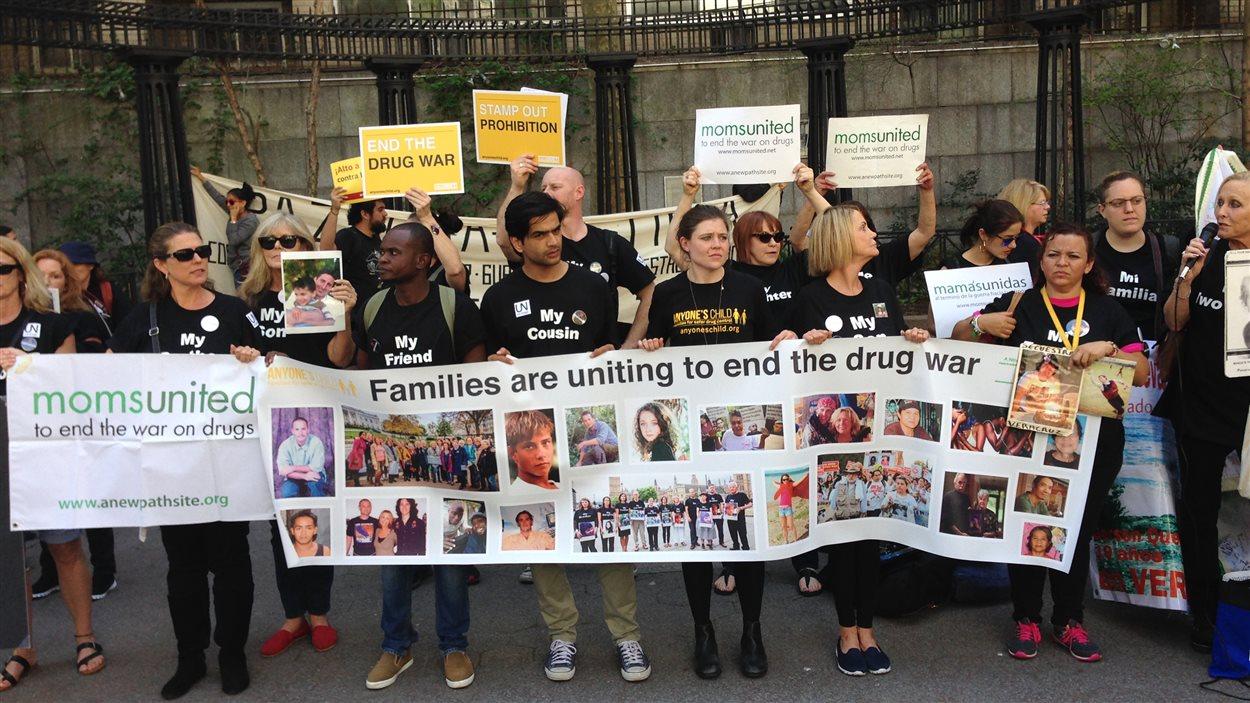 Des manifestants demandent qu'on mette un terme à la guerre contre les drogues, en marge d'une assemblée spéciale de l'ONU sur le sujet, tenue cette semaine à New York.