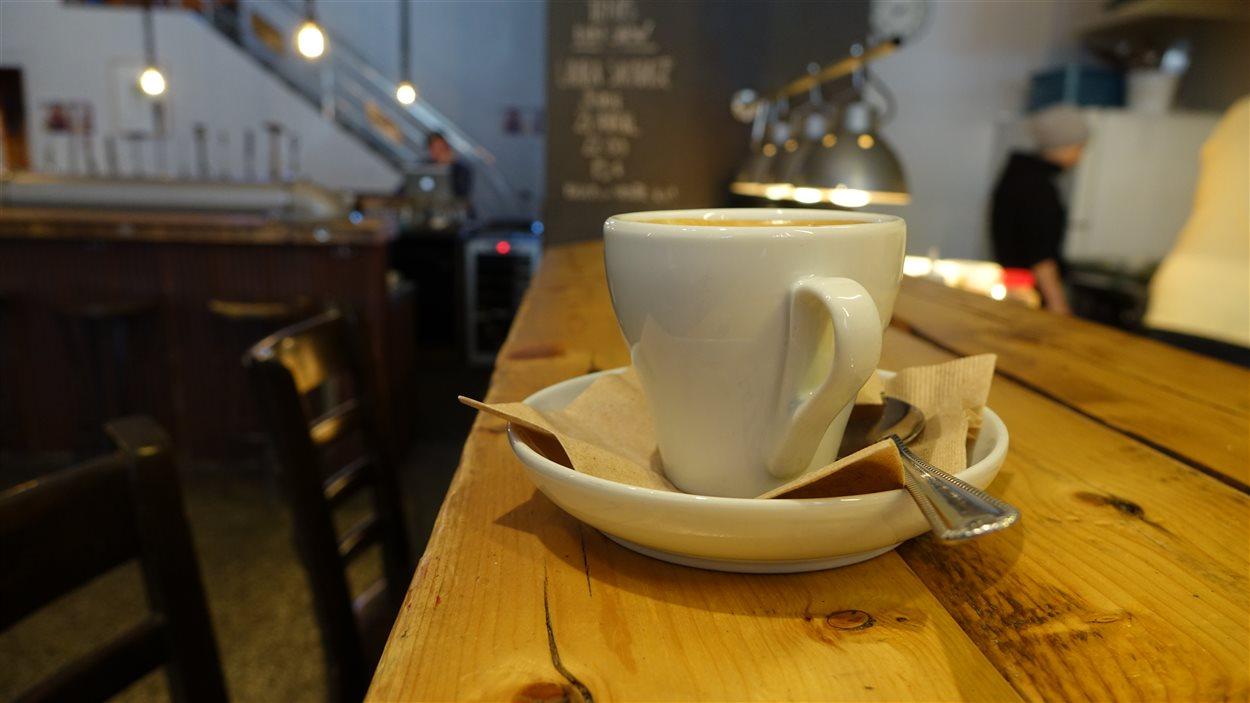Un café attend d'être bu au comptoir du Temps d'une Pinte, à Trois-Rivières