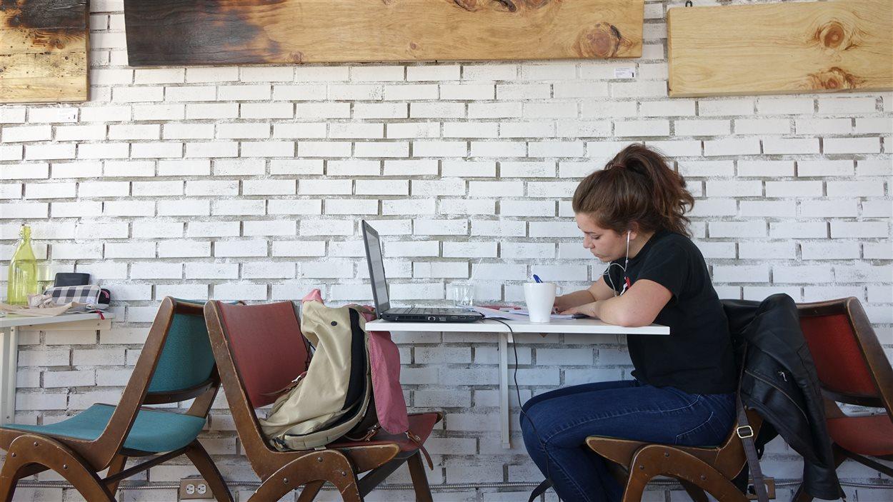 Une cliente installée à une table du Café Frida de Trois-Rivières