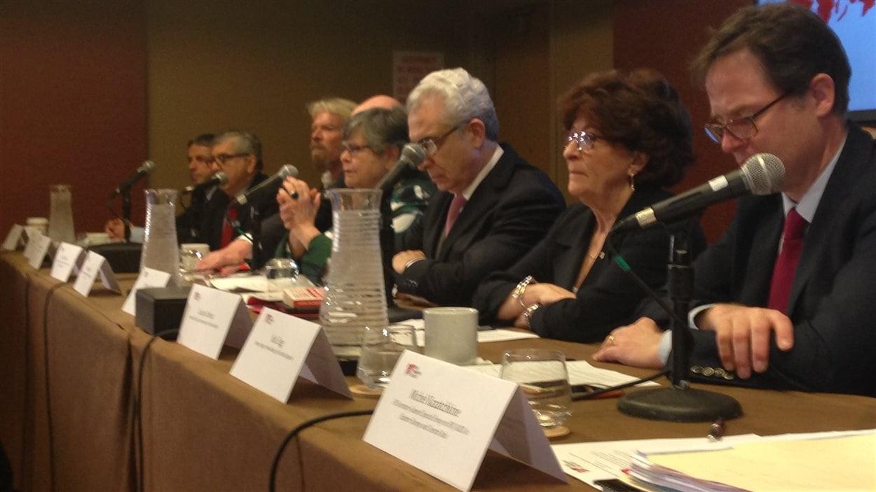 La conférence de presse de la Commission globale de politique en matière de drogues, dont fait partie l'ex-juge en chef de la Cour suprême du Canada, Louise Arbour (2e à partir de la droite).
