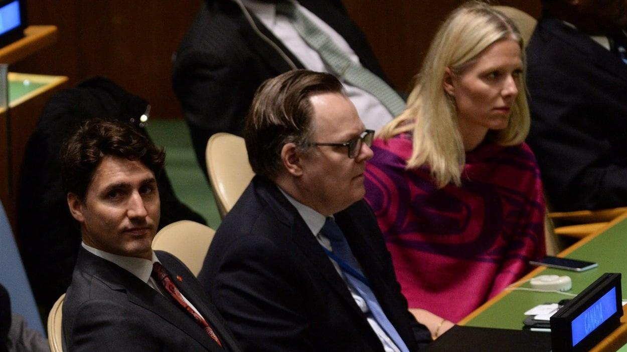 Le premier ministre, Justin Trudeau, et la ministre de l'Environnement, Catherine McKenna, assistent à la cérémonie de signature de l'accord de Paris sur le climat au siège de l'ONU à New York.